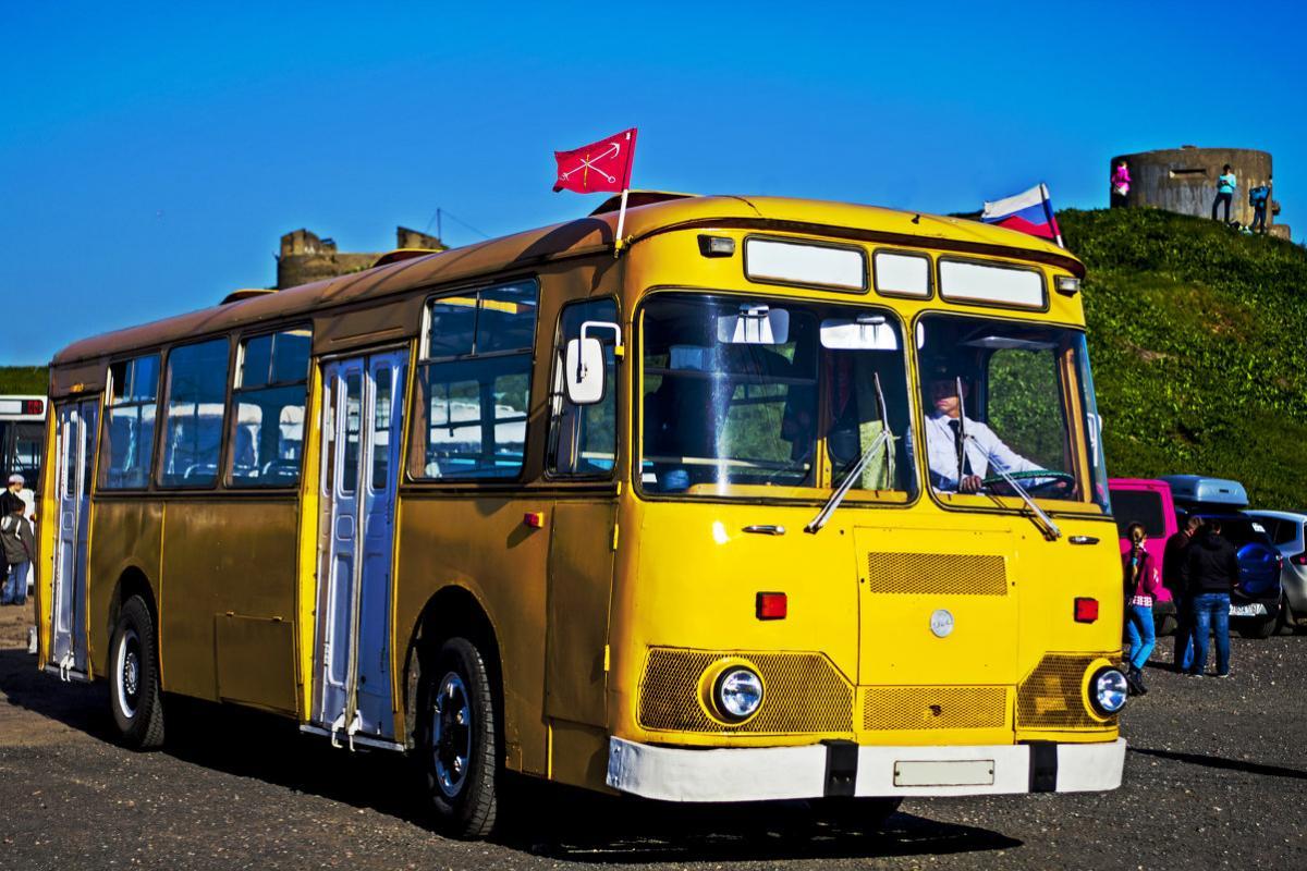 Старый желтый автобус