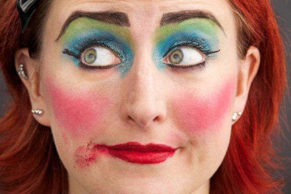 Это выглядит смешно: 5 ошибок в макияже, которые превращают тебя в простушку