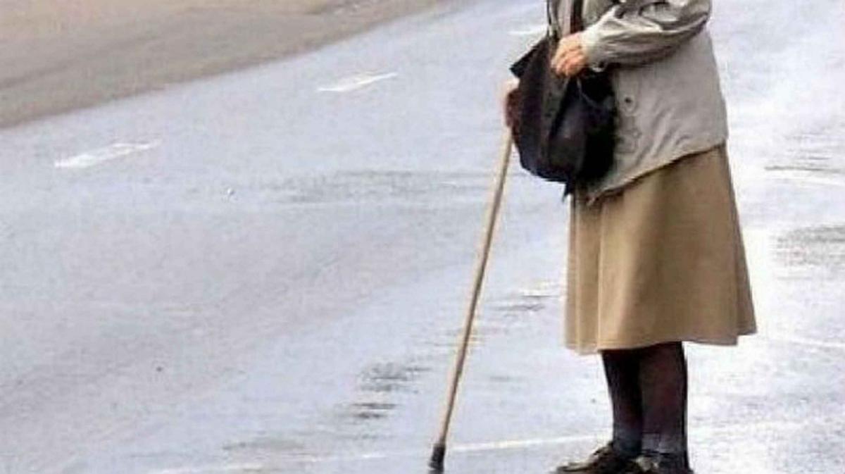 Старушка в Керчи на дороге