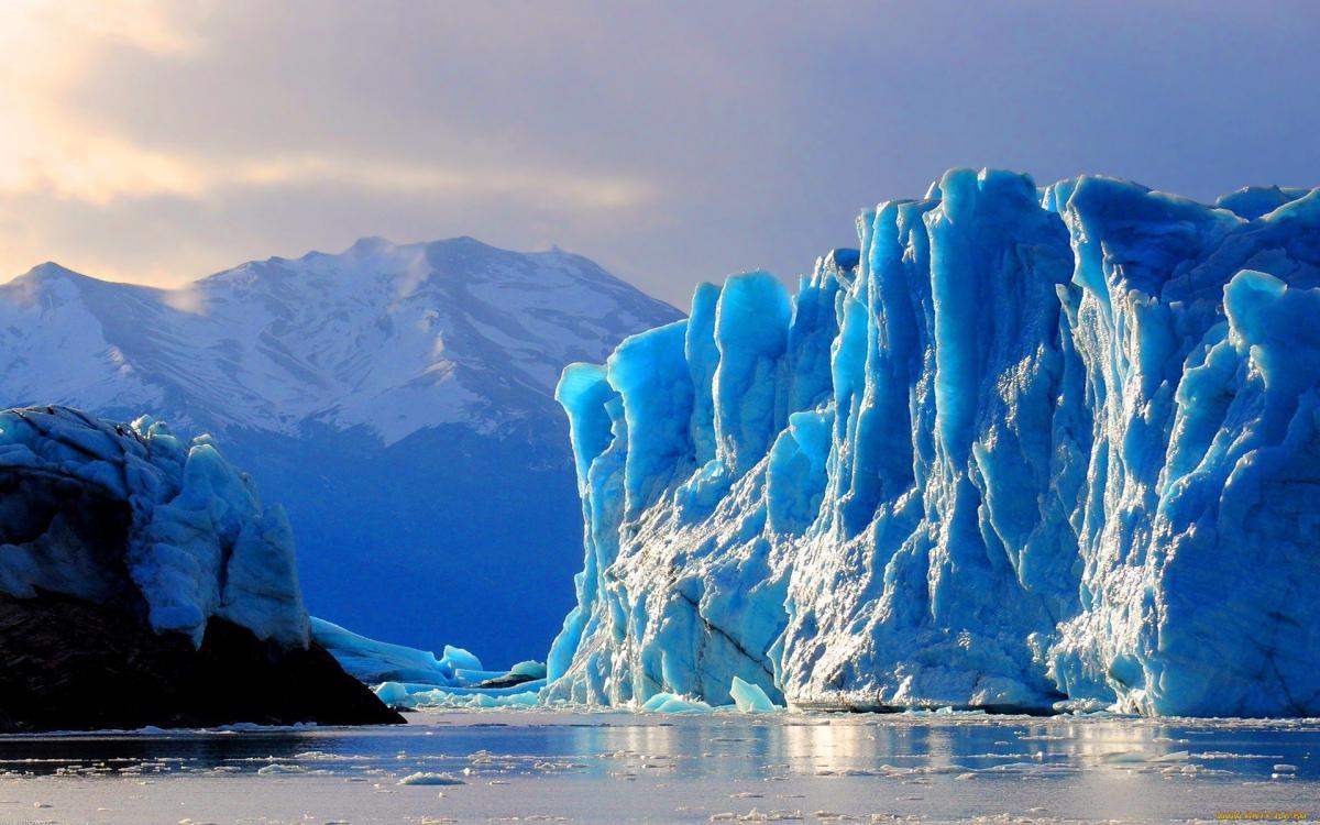 В Антарктиде таяние ледников обнажило загадочные столбы