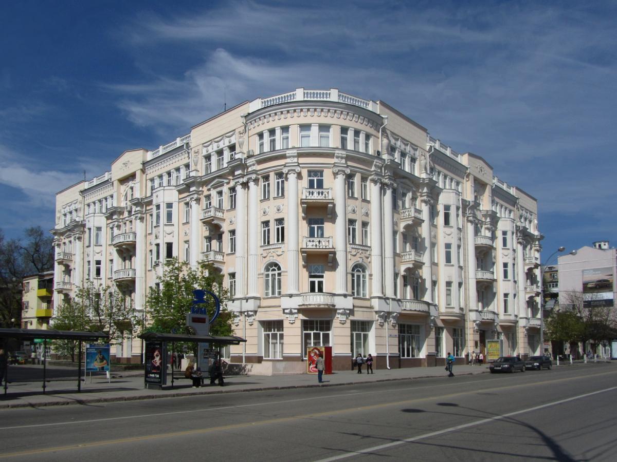 Водитель машины въехал в здание ЮФУ в Ростове