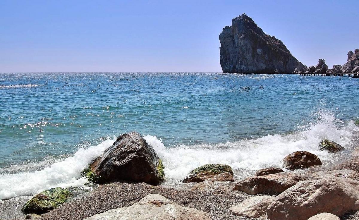 В Крыму начали проверять морскую воду на коронавирус