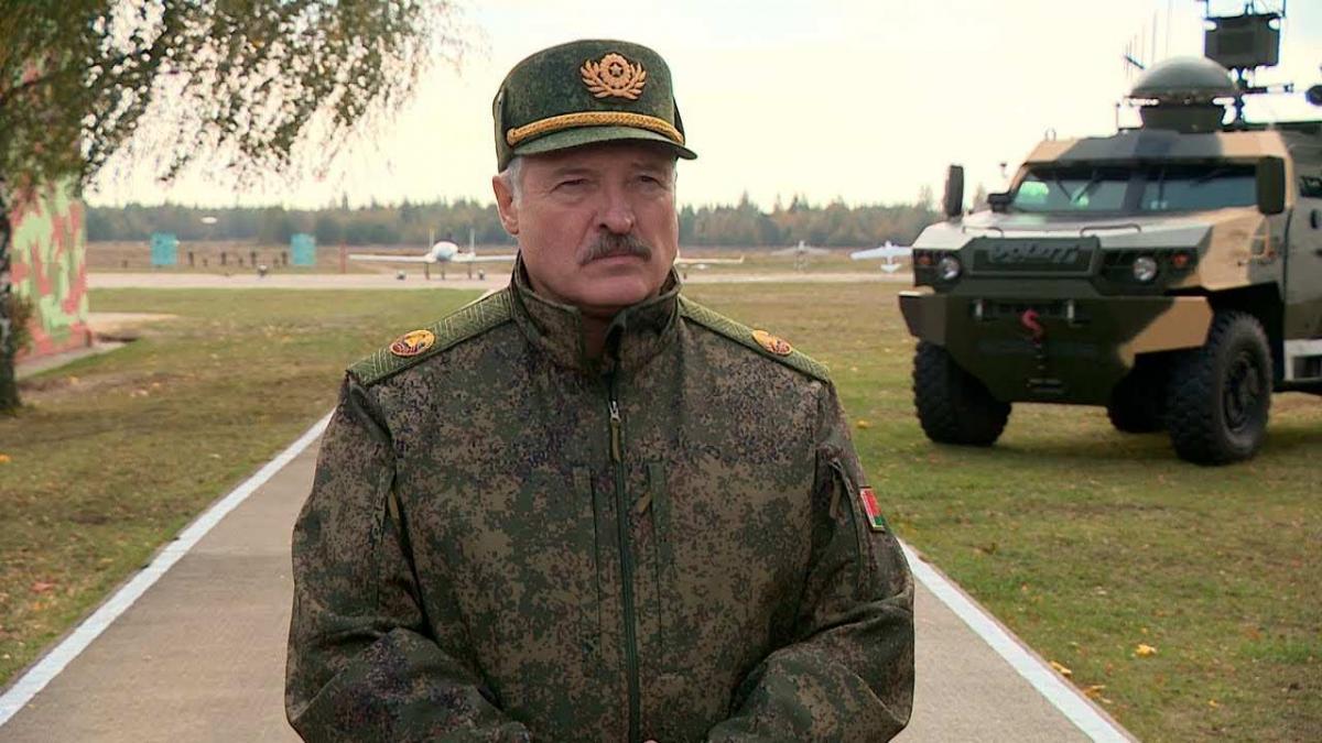 Лукашенко лишил званий более 80 бывших силовиков