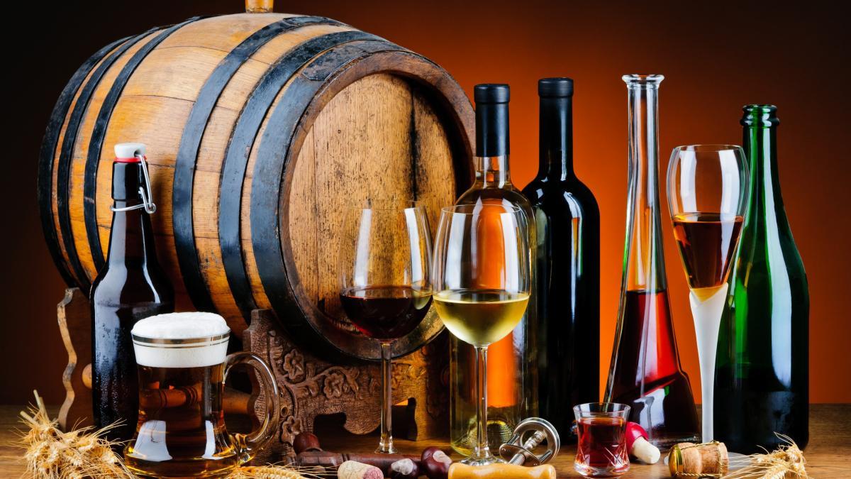 Бочка и бутылки с алкоголем