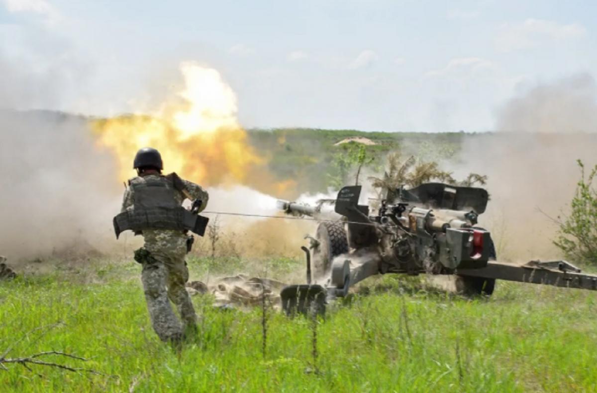 Украинский военный атакует