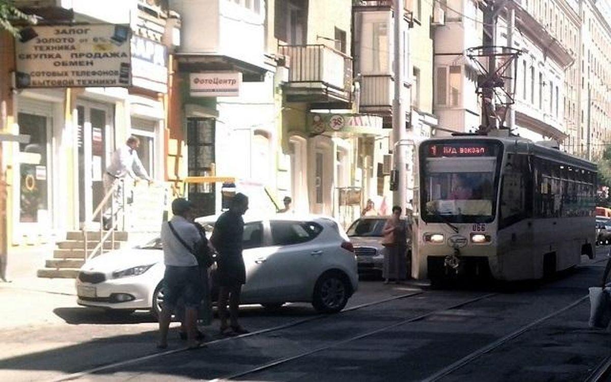Владельцев припаркованных автомобилей на трамвайных путях в Ростове ждут судебные иски