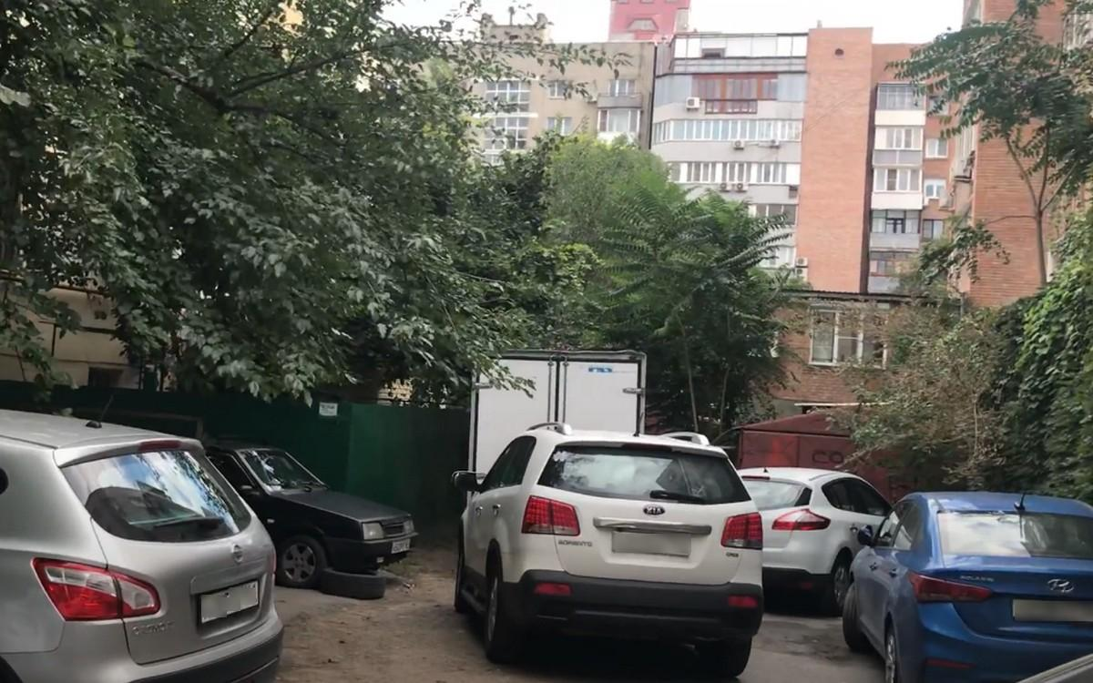 Автопарковка во дворе многоэтажки в Ростове-на-Дону
