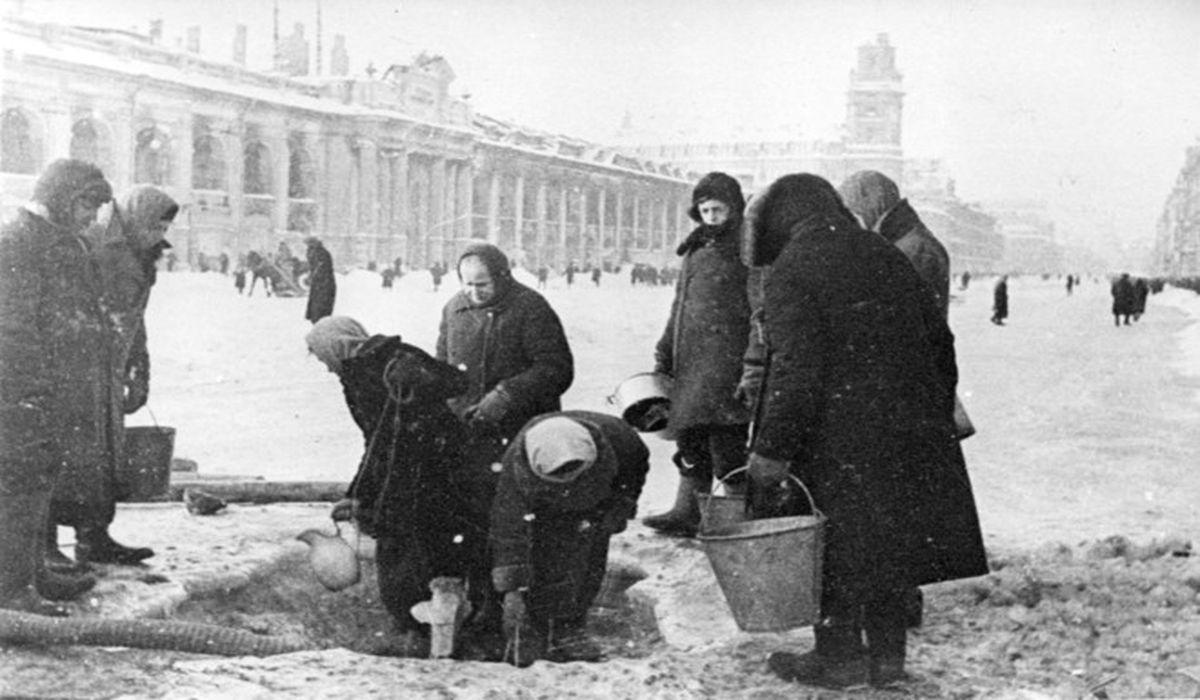 блокадники Ленинграда стоят в очереди за водой