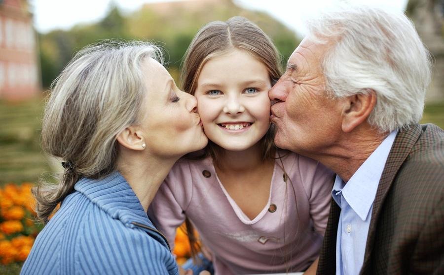 Уход за детьми отодвигает старость, доказали британские ученые