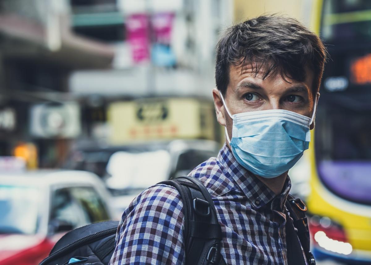 Человек в медицинской маске