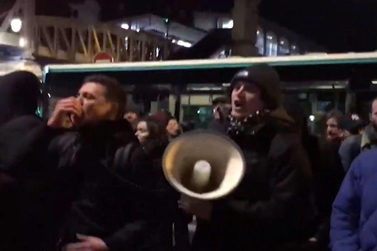 президент Макрон сбежал из театра, спасаясь от протестующих