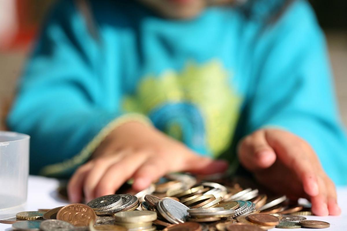 ребёнок руки деньги рубли