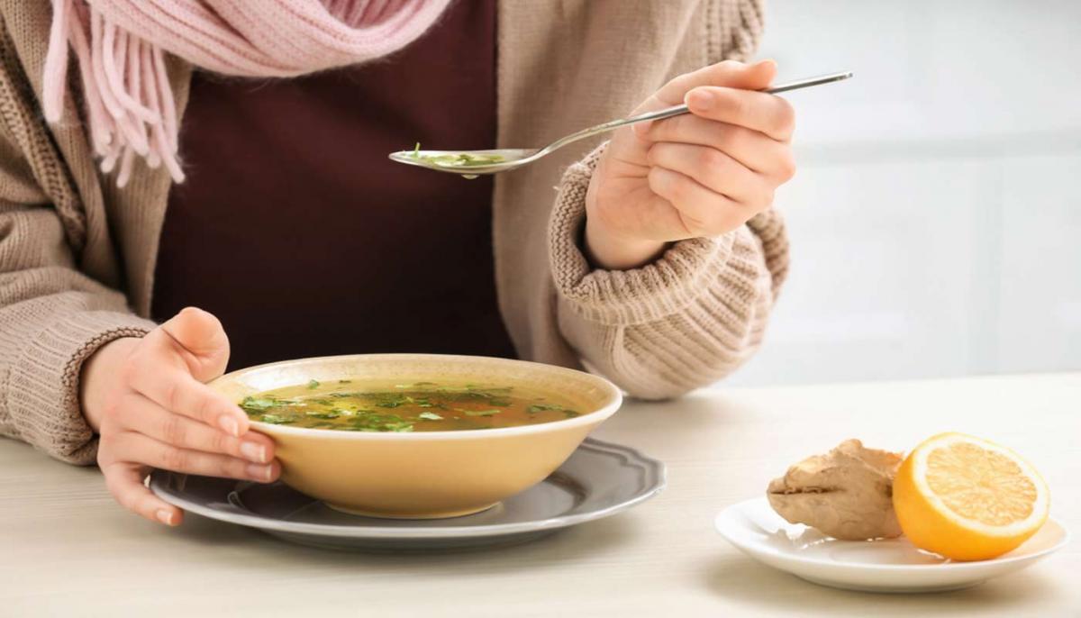 Девушка ест суп с имбирем