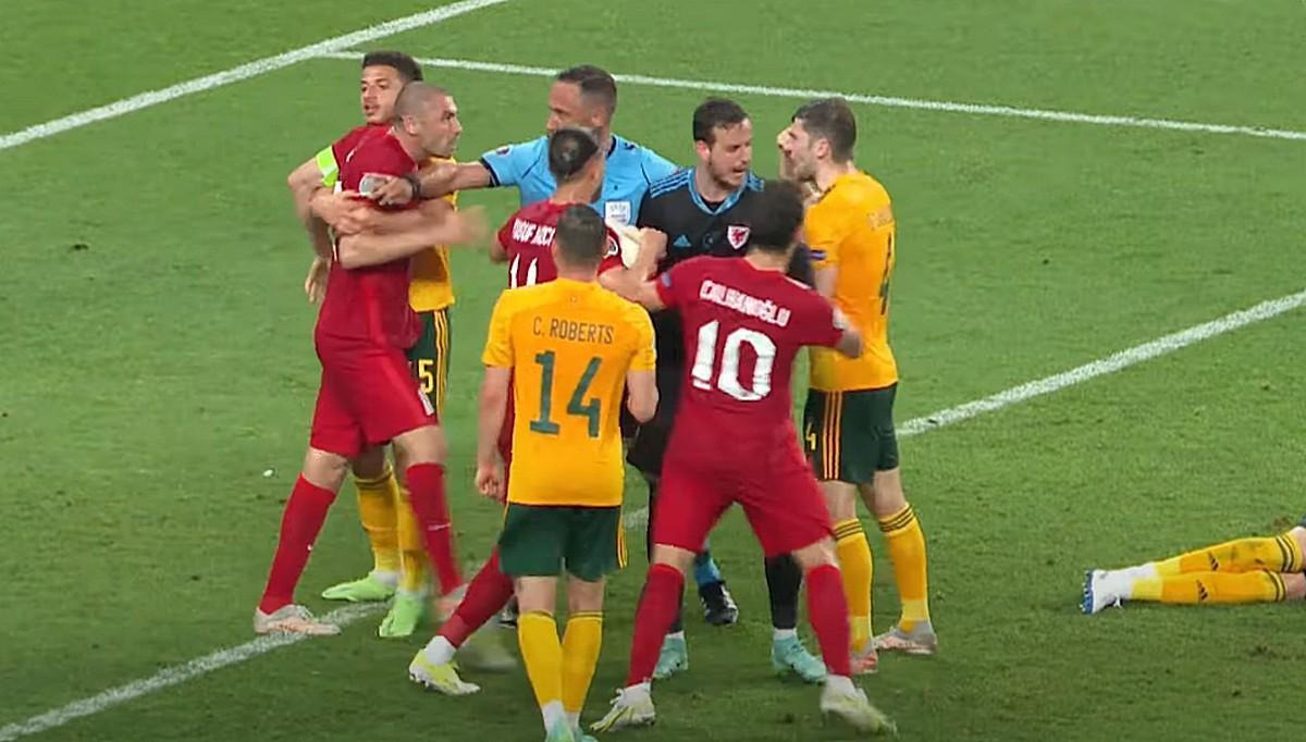 Драка футболистов на матче Турция - Уэльс