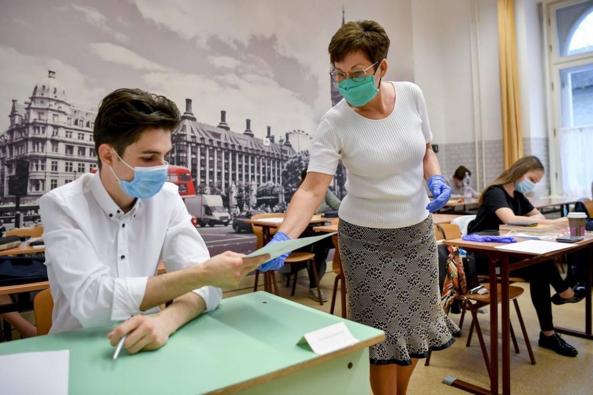 экзамен в масках и перчатках школьники в масках фото