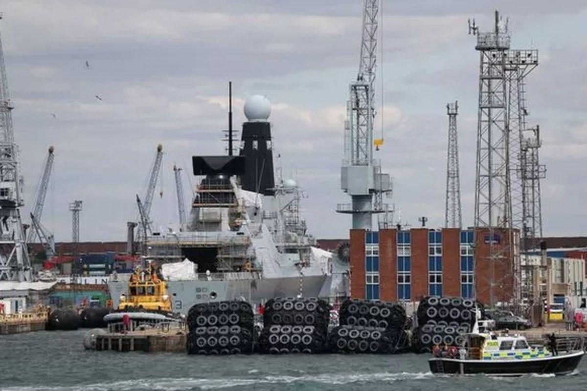 военный корабль в порту фото