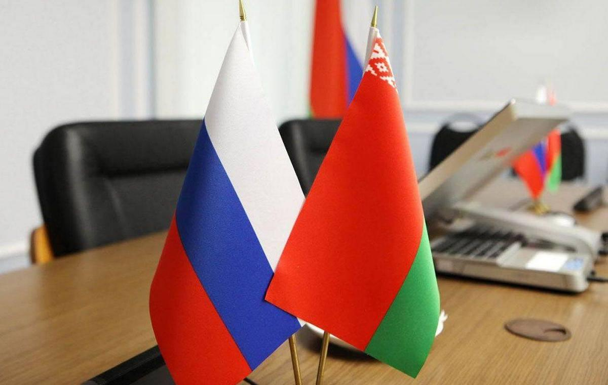 Флажки России и Белоруссии на столе