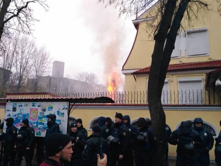 В Харькове продолжается митинг у здания российского консульства