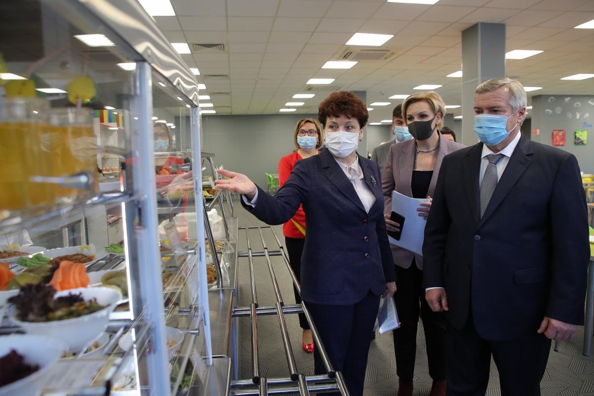 Василий Голубев инспектирует школьную столовую