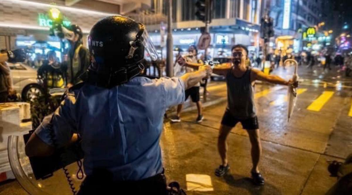 Полиция Гонконга для разгона протестующих распылила слезоточивый газ