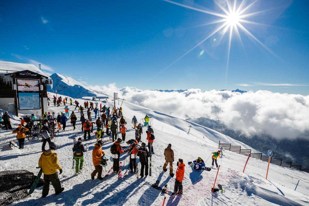 Горнолыжный курорт, лыжники