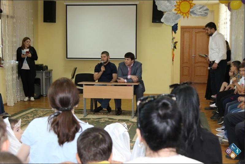 Хабиб Нурмагомедов ответил на вопросы детей из социально-реабилитационного центра в Дагестане