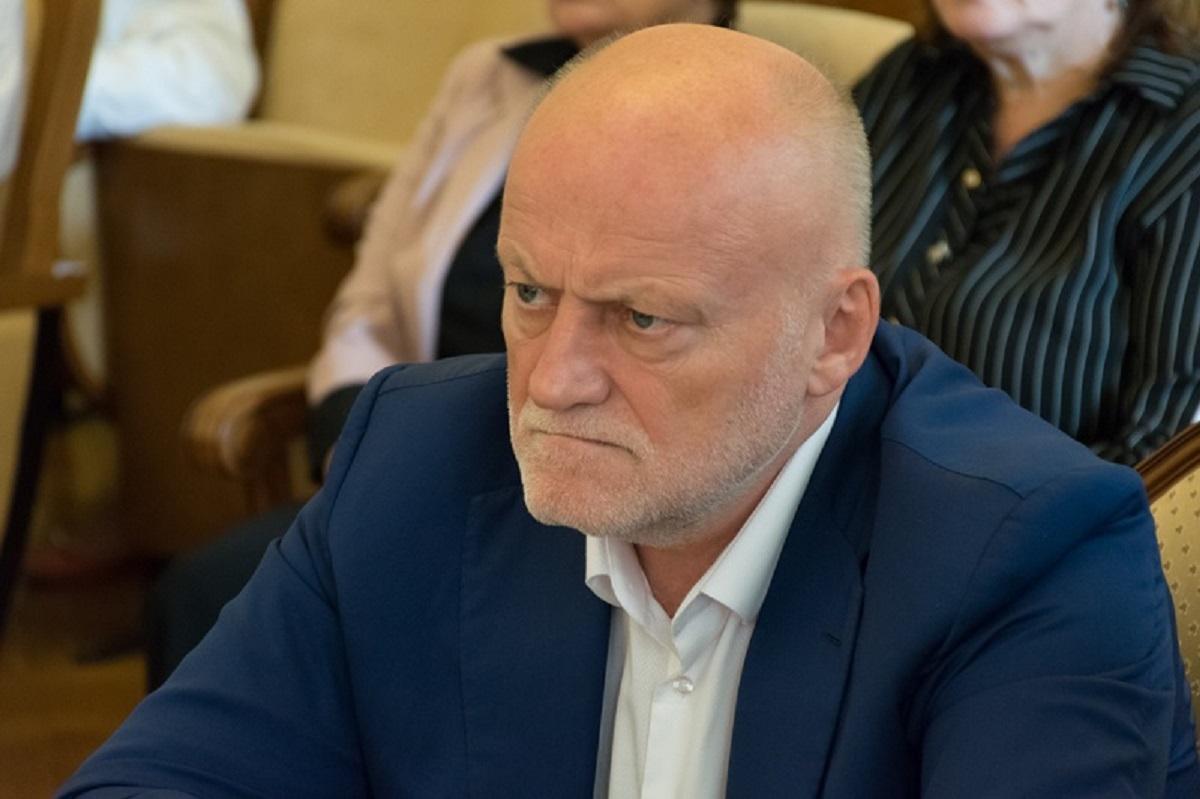 Крымский Мэр помыл набережную Ялты, переодевшись в дворника