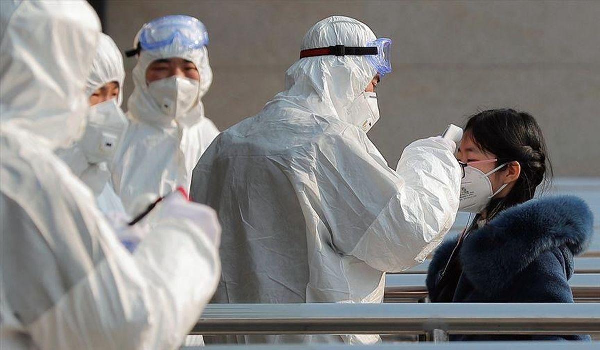 китайские медики обследуют пациента на коронавирус