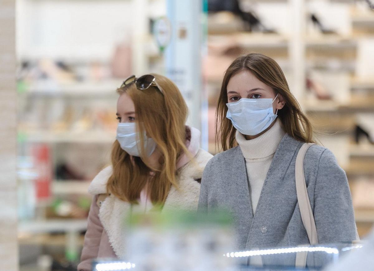 Девушки в медицинских масках