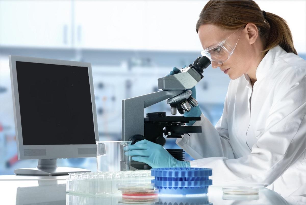Женщина и микроскоп, коронавирус