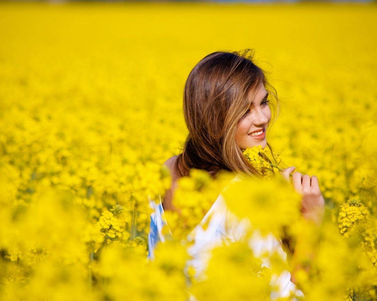 Девушка в поле цветов фото