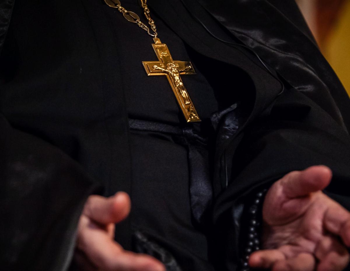Крест на груди священника