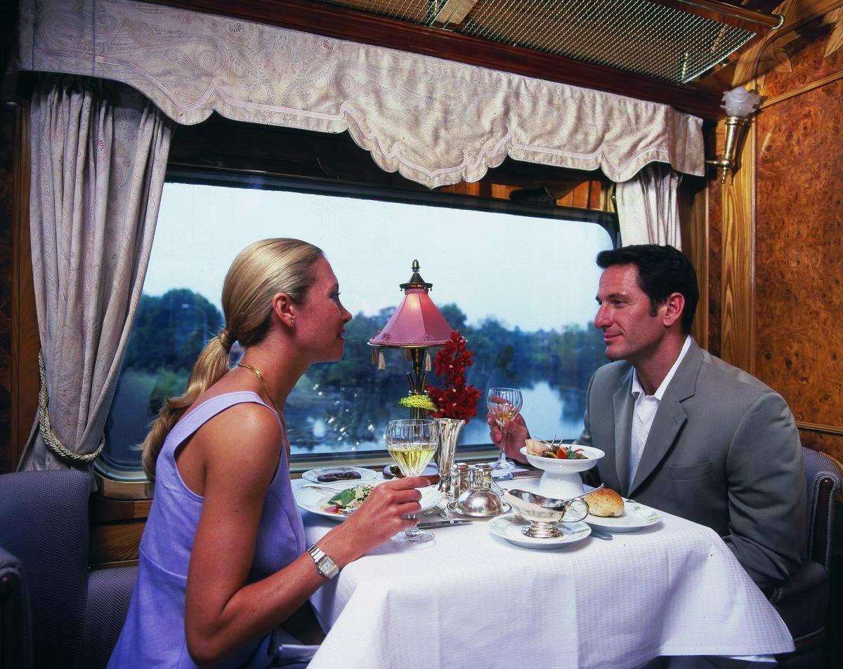 Девушка с мужчиной в купе поезда