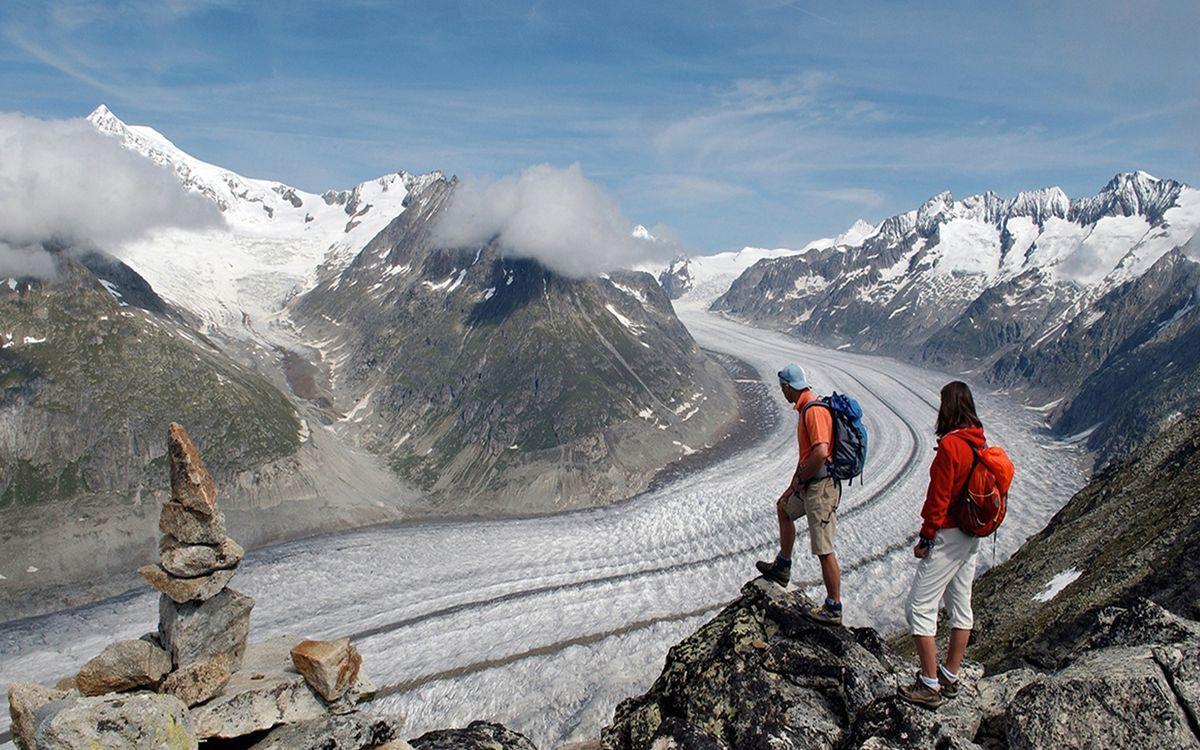 туристы на леднике Алеч в Швейцарии
