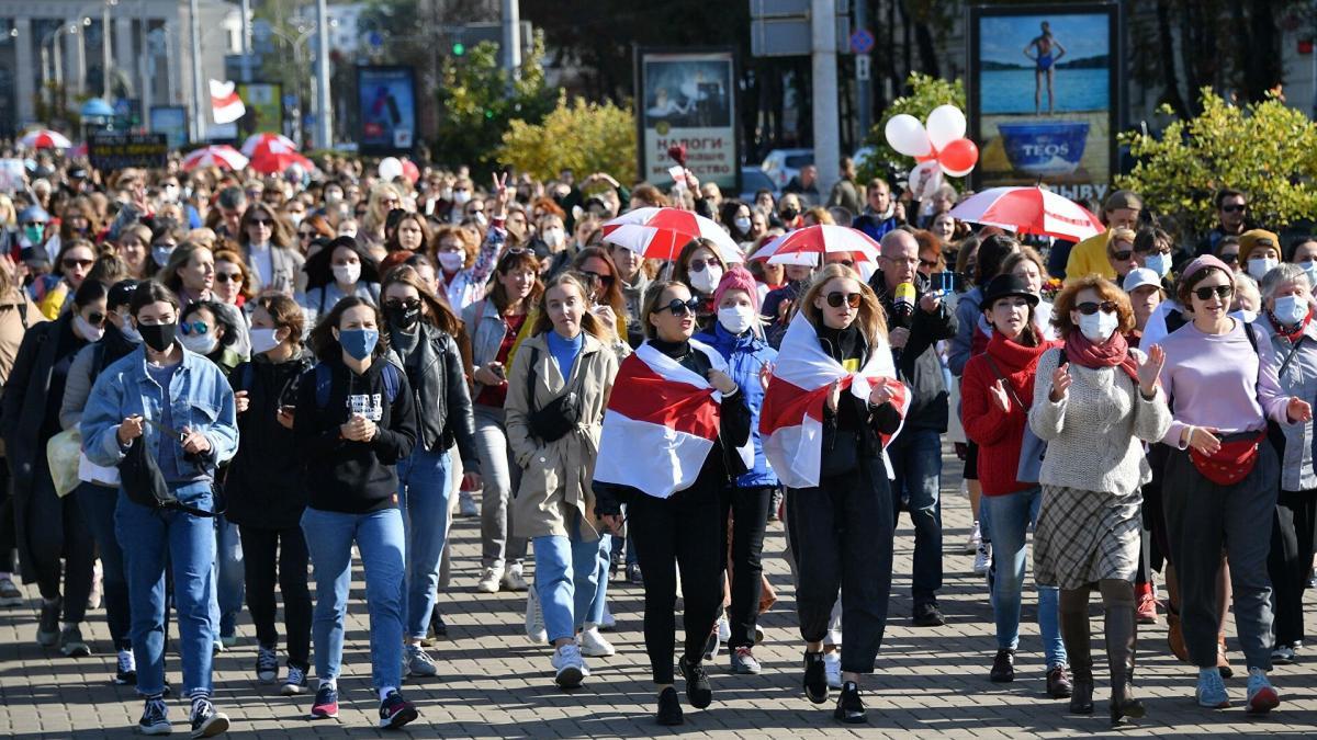 Белоруссия протесты флаг толпа люди