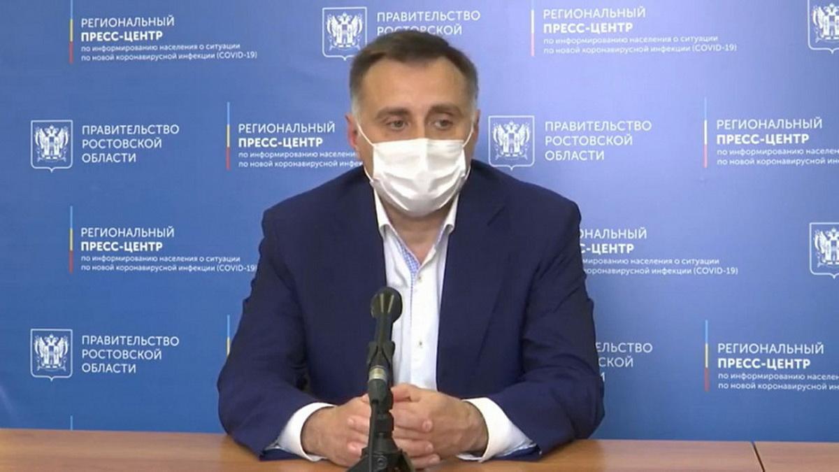 Человек в защитной маске на лице