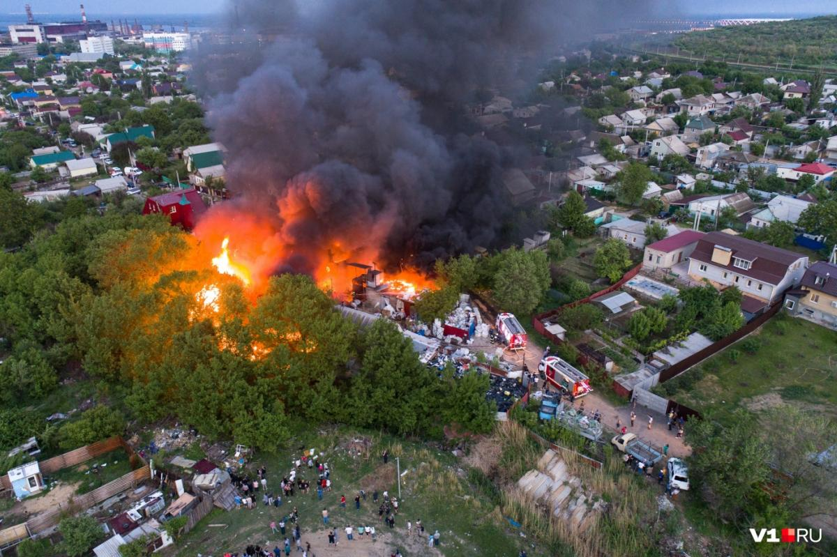 В Волгограде ветер не дает потушить страшный пожар в районе Мамаева Кургана