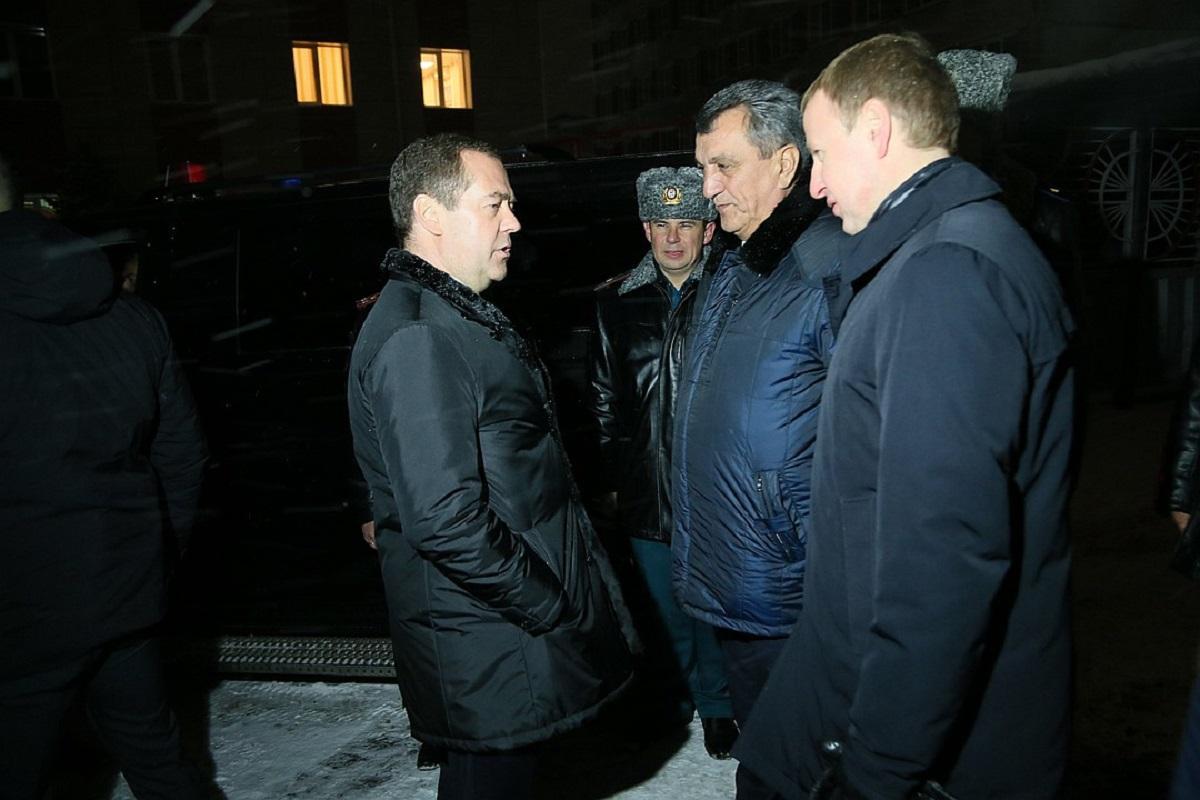 Алтайская пенсионерка на коленях просила Медведева о горячей воде в доме