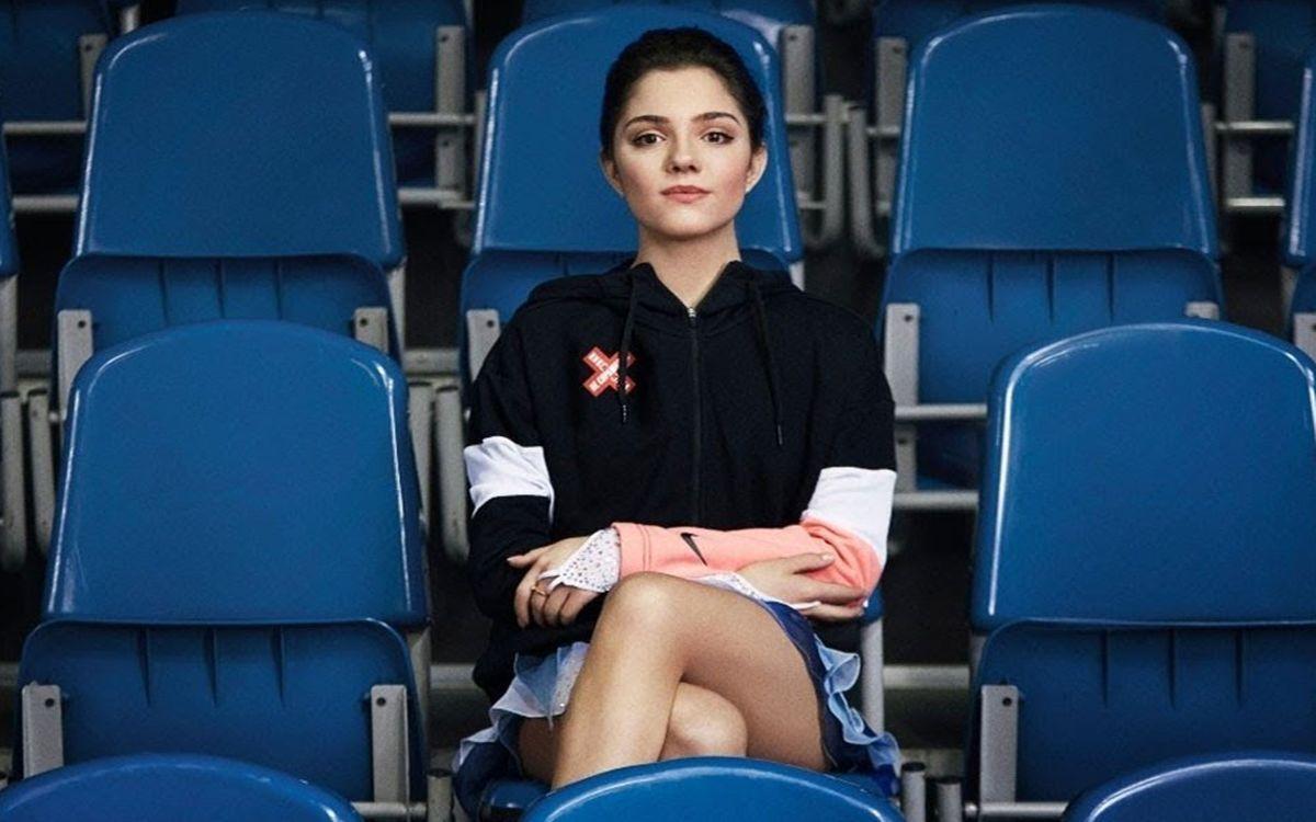 фигуристка Евгения Медведева сидит в зрительном зале