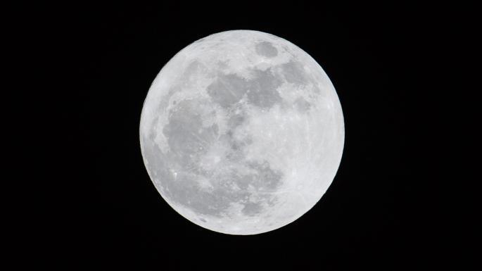Луна в черном небе