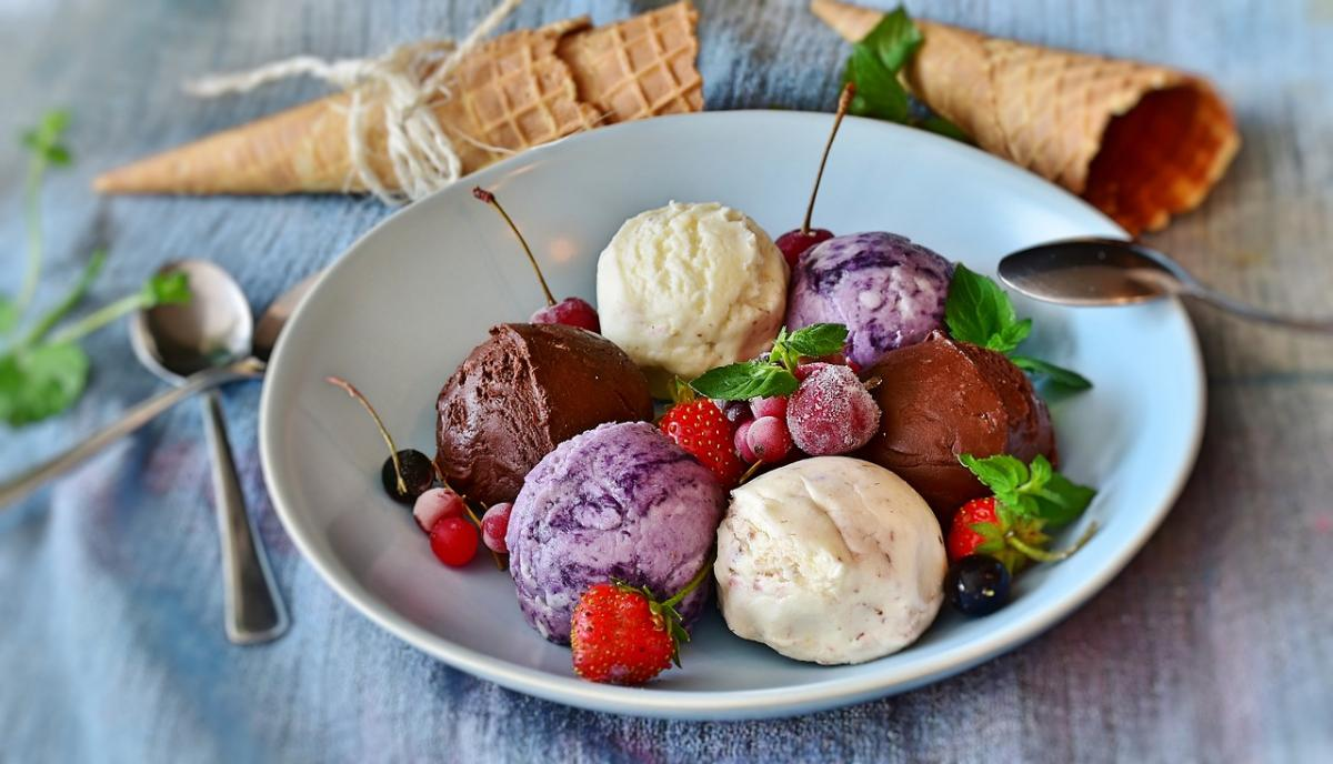 Разноцветное мороженое на тарелке