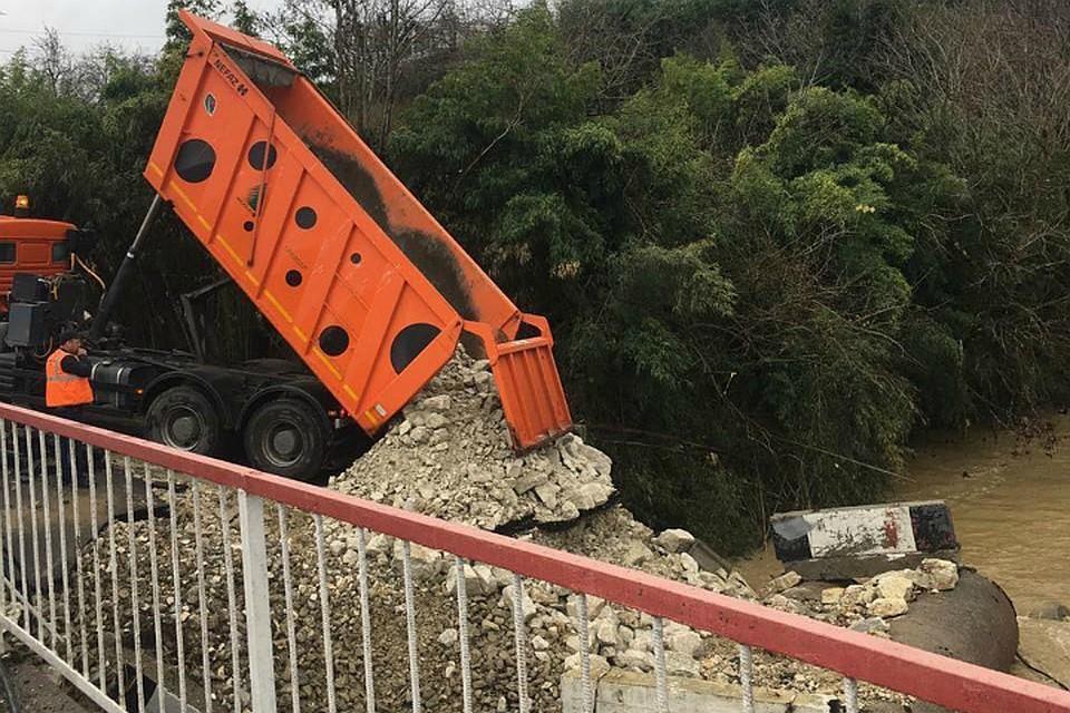В Сочи обрушился автомобильный мост