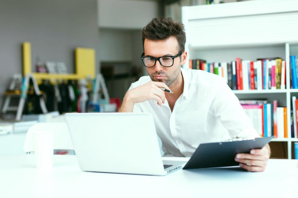 Мужчина компьютер ноутбук планшет