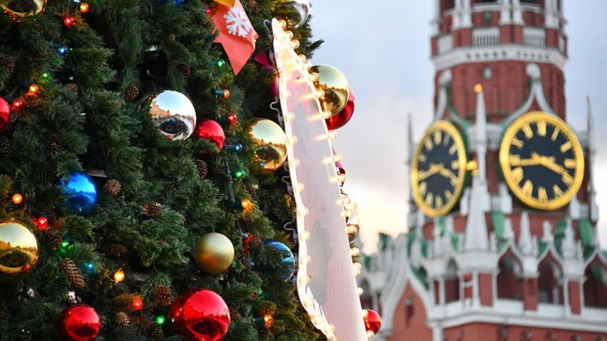 Новогодняя елка и кремль