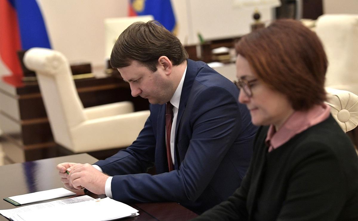Путин потребовал резко сократить выдачу кредитов населению