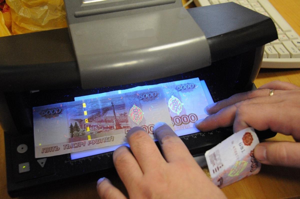 Названы самые подделываемые банкноты в России