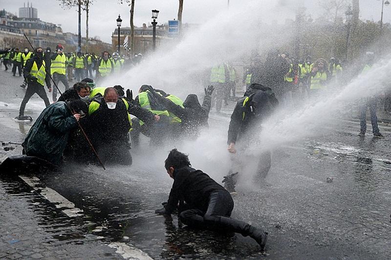 Кремль отреагировал на обвинения в адрес Москвы по протестам в Париже