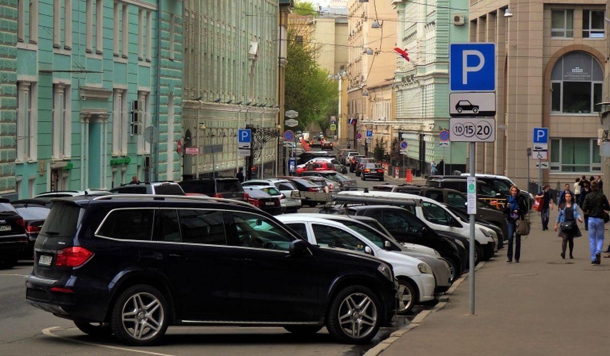 машины стоят на парковке в Москве