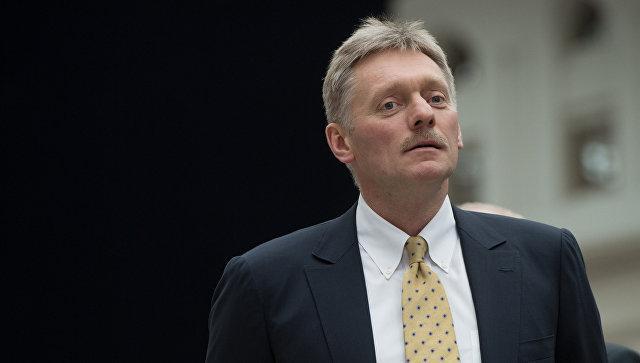 Почему представители администрации президента поют в самолете, рассказали в Кремле