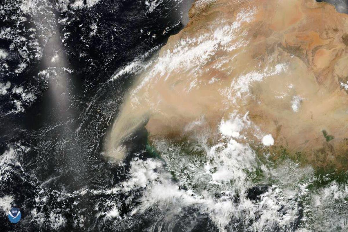 пылевое облако Сахары в атмосфере